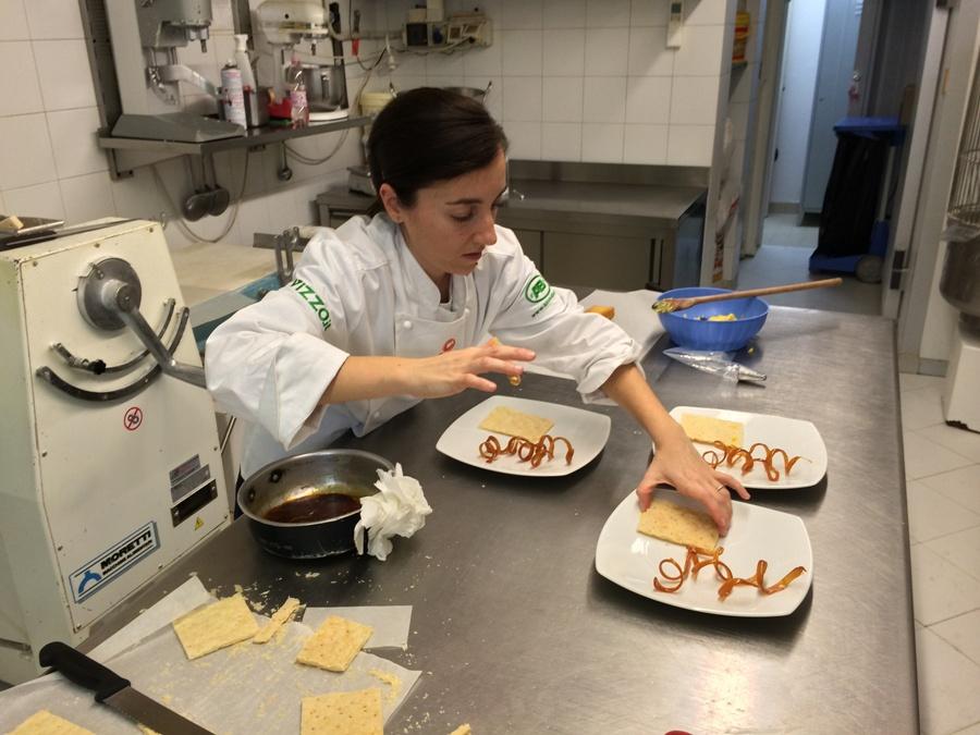 Lucia Vincenzi mentre lavora alla sua Valiosa