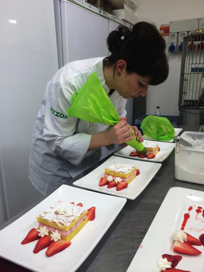 Susanna Castagnaro lavora al suo Bigne' mascherato