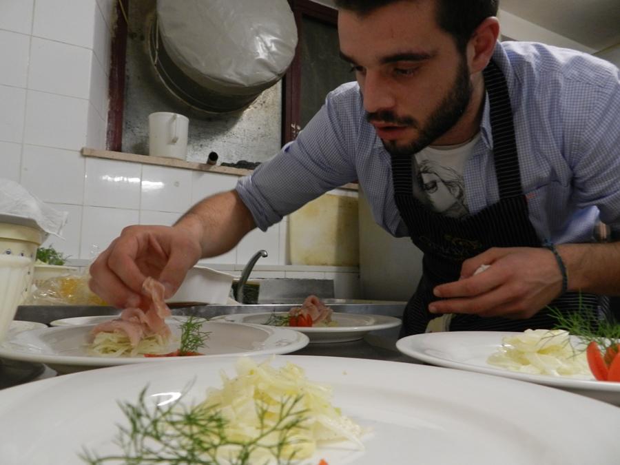 Simone Giovanelli prepara il suo Carpaccio di spada in Vinaigrette al limone su insalata di finocchio fresco
