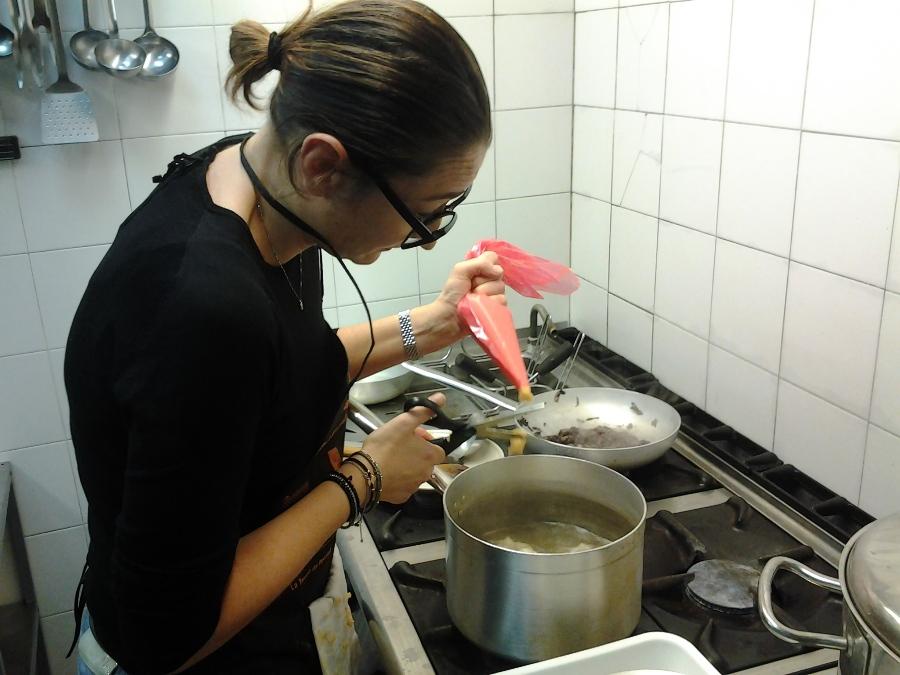 Chiara Tonucci prepara il suo Il favoloso pollo di Amelie