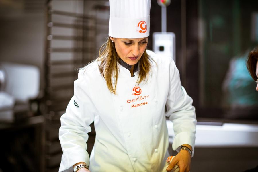 Ramona Neri mentre lavora al suo dolce