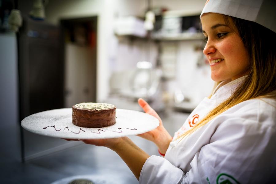 Martina con la sua Torta delicata al cioccolato