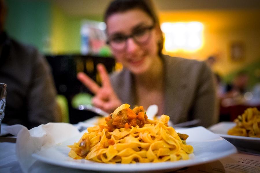 Lucia Montagna posa con la sua squisita pasta