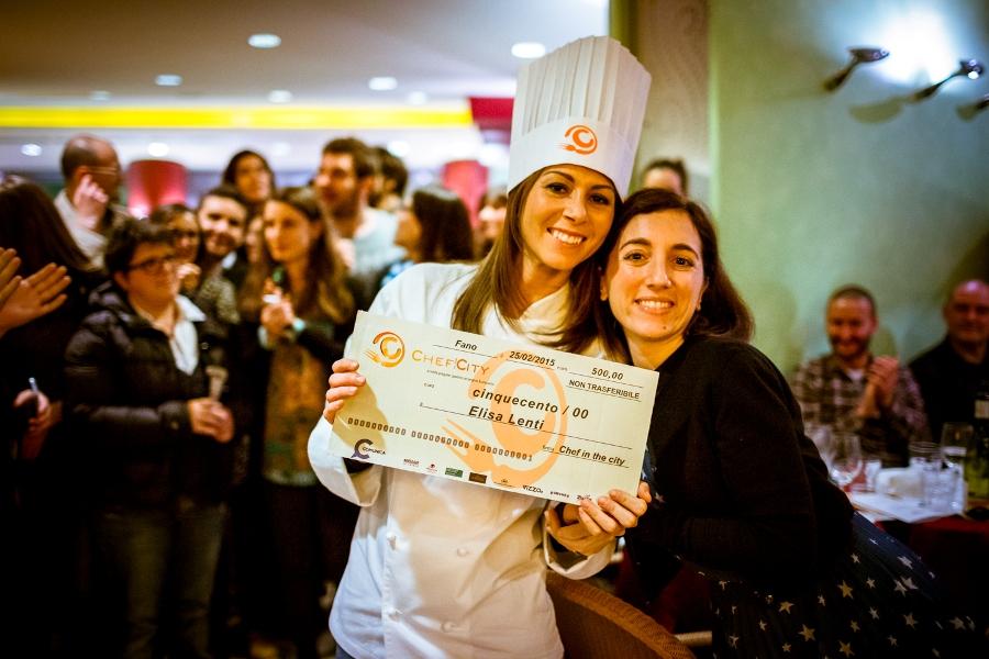 Elisa Lenti riceve il premio finale dalla vincitrice della Cake Edition 2014 Lucia Vincenzi
