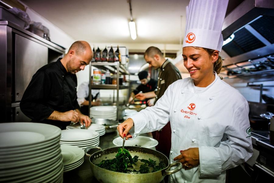 Elisa Tazzari nella cucina de Il Galeone completa il suo Coccio e squame