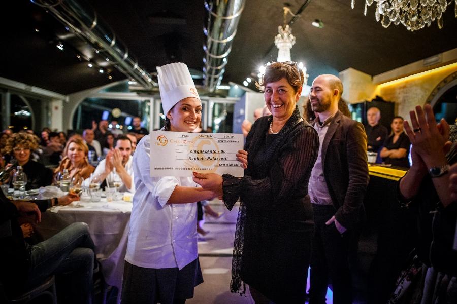 Rachele Palazzetti riceve l'assegno messo in palio per il vincitore di Chef in the City 2014