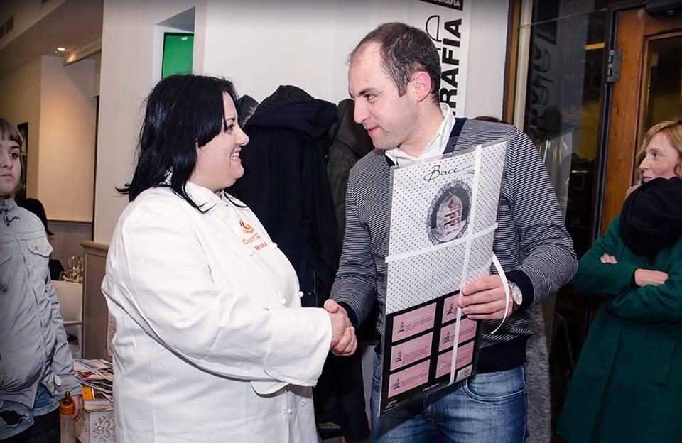 Monica riceve il premio di consolazione