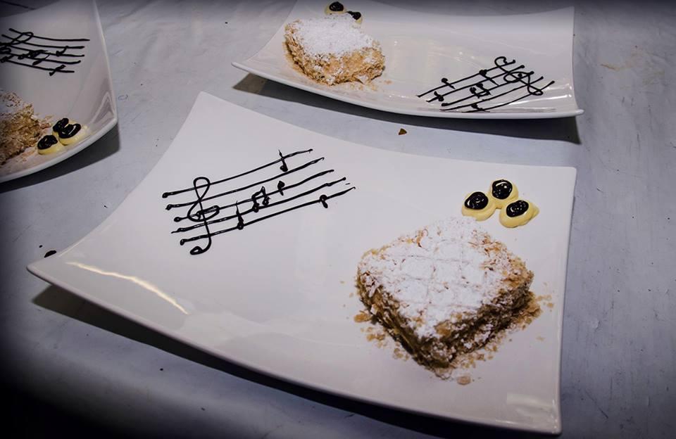 Dolce sinfonia diplomatico con una sfoglia di cioccolato e crema chantilly
